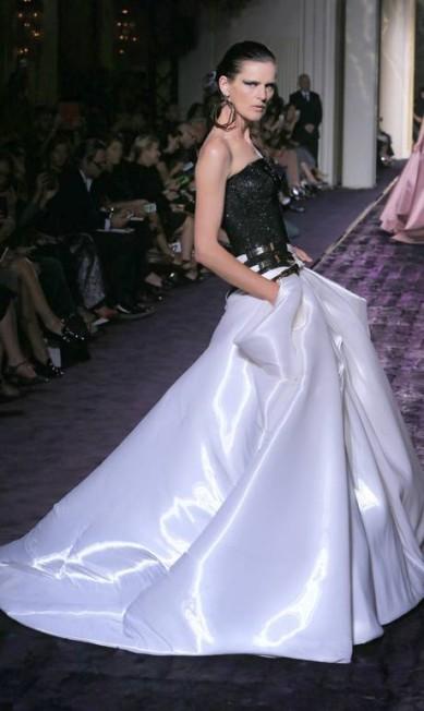 A modelo Stella Tennant na passarela da Atelier Versace Jacques Brinon / AP