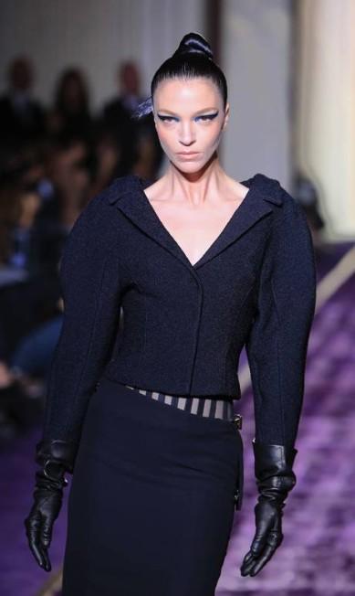 A top Mariacarla Boscono participou do desfile da Versace em Paris Jacques Brinon / AP