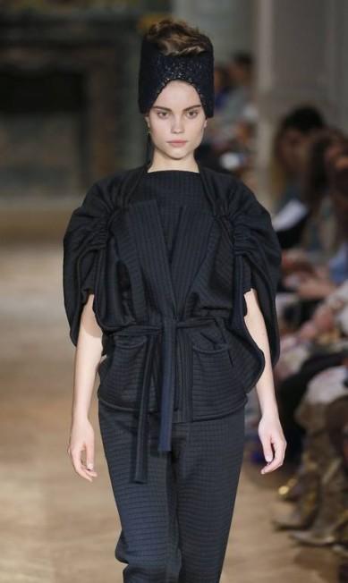 A estilista Stephanie Coudert apostou na sofisticação dos volumes para o próximo inverno PATRICK KOVARIK / AFP