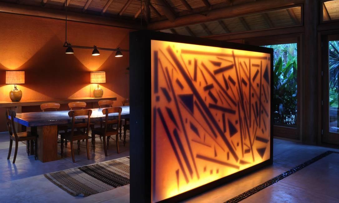 Luminária Favela, de Maneco Quinderé, que separa o hall da sala de jantar Foto: Joaquim Nabuco