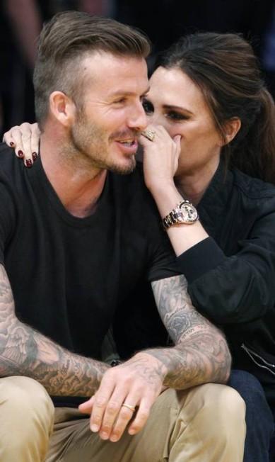 Em 2012, David, com os braços cobertos de tatuagens, e Victoria na arquiabancada de um jogo de basquete, em Los Angeles ALEX GALLARDO / REUTERS