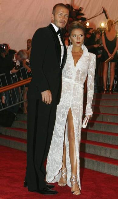 Em 2008, novamente no baile do MET, Victoria abusava dos efeitos sensuais e do make. Ele preferia desfilar com os cabelo quase raspado Keith Bedford / REUTERS