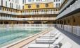 Espreguiçadeiras na piscina externa