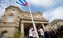 Chanceler cubano, Bruno Rodríguez, aplaude hasteamento de bandeira cubana sobre embaixada em Washington Foto: Andrew Harnik / AFP
