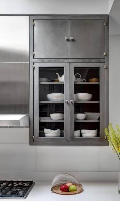 Detalhe do armário de aço da cozinha: material foi escolhido pela durabilidade BRUCE BUCK / NYT