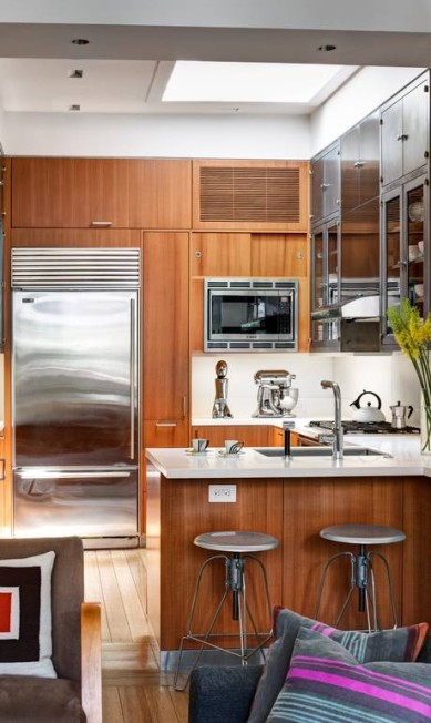 A cozinha reformada do apartamento: designer instalou armário de madeira customizado BRUCE BUCK / NYT