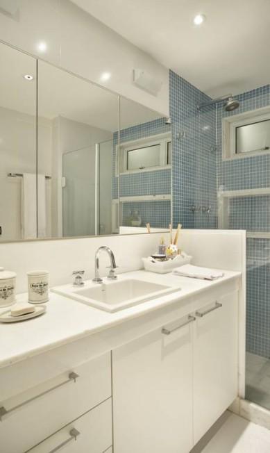 Detalhe do banheiro: cores claras e espelhos aumentam a percepção de espaço Divulgação