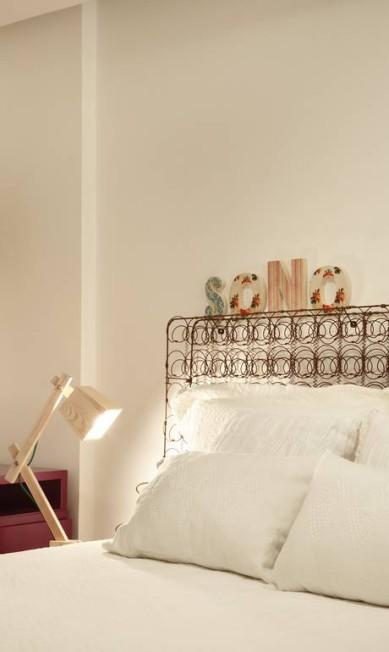A cabeceira da cama é feita de um estrado de molas, onde podem ser pendurados bilhetes, vasinhos de flor ou qualquer outro enfeite Divulgação