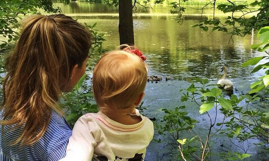 Já a mãe de família Gisele Bündchen tem aproveitado os dias de sol levando os filhos ao parque. Na imagem, a pequena Vivian Lake, de um ano, observa cisnes Instagram
