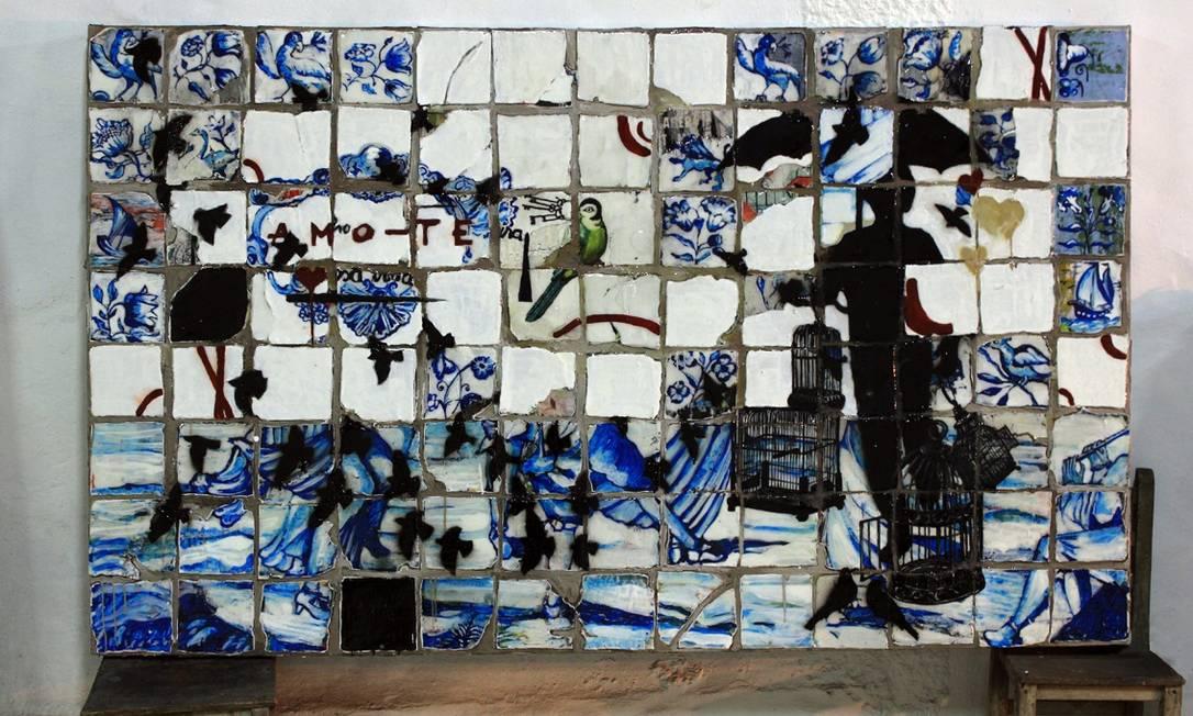 Ela simula o quadriculado do azulejo e pinta por cima Divulgação