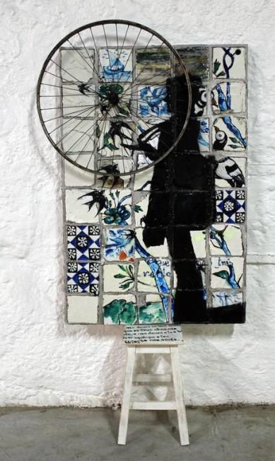 Em seu ateliê, em Leça de Palmeira, ela produz seus quadros Divulgação