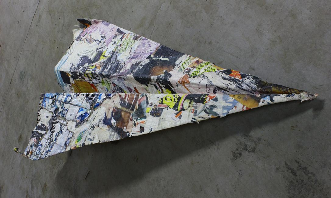 Além dos quadros, Manuela faz esculturas, como este avião Divulgação
