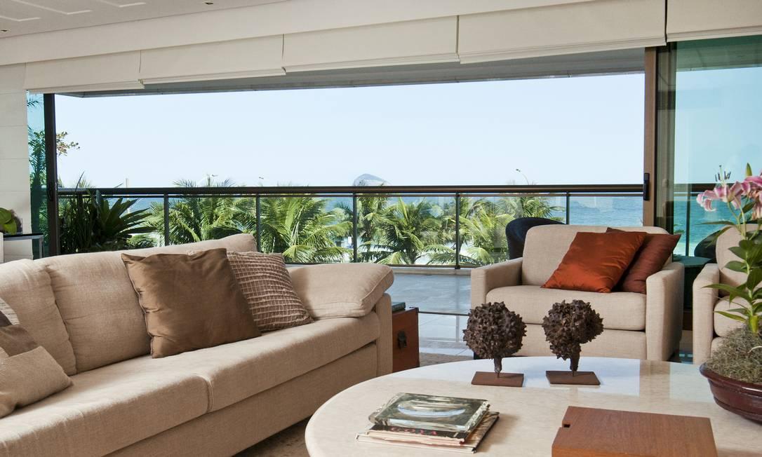 A sala de estar ficou ainda mais espaçosa ao ser integrada à varanda divulgação / Divulgação