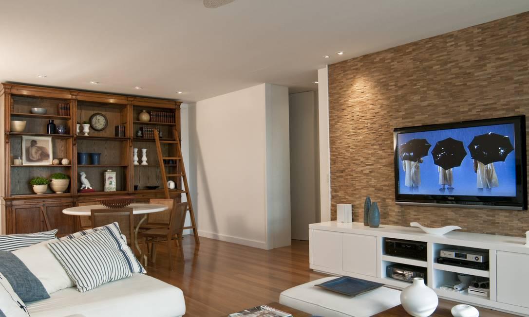 Sala de estar com parede de tijolos e móveis claros divulgação / Divulgação