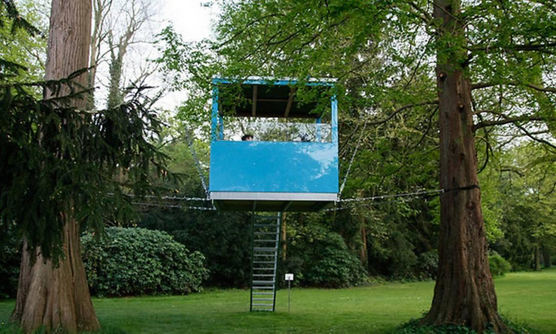 Cubos como este foram colocados temporariamente suspenso entre árvores de um parque alemão Divulgação / Baumraum