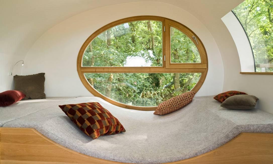 O espaço interior é composto por bancos de dormir coberto por feltro cinza, e oferece vista panorâmica para o entorno Divulgação / Baumraum