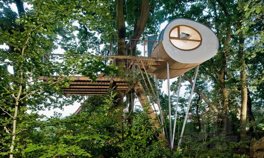 O escritório de arquitetura alemão Baumraum é especializado em criar casas em árvores para os mais diferentes contextos. As criações vão desde áreas de lazer para crianças a verdadeiras cabanas para toda a família e até locais com fins comerciais, como hotéis e restaurantes Divulgação / Baumraum