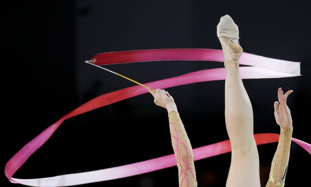 A brasileira Angelica Kviecznyski se apresenta com a fita na ginástica rítmica Gregory Bull / AP