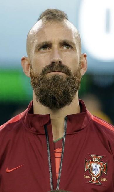 Portugal é outro celeiro de barbudos. O que dizer de Raul Meireles? Com o moicano e a barba viking, o português bem que tentou ficar feio. Não conseguiu RAY STUBBLEBINE / REUTERS