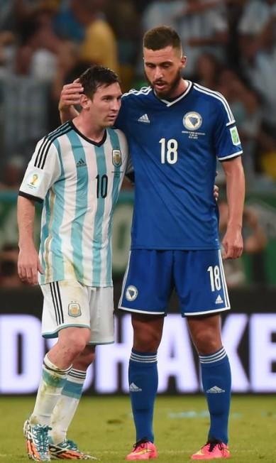 O bósnio Haris Medunjanin conversa com Messi durante a partida entre Bósnia e Argentina. Os hermanos ganharam, mas ao que tudo indica, quem precisa de consolo é o argentino... DAMIEN MEYER / AFP