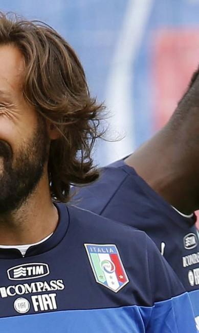 O veterano Andrea Pirlo não abre mão dos fios longos no rosto. Ainda bem... ALESSANDRO GAROFALO / REUTERS