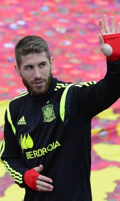 Mais uma imagem do espanhol Piqué Manu Fernandez / AP