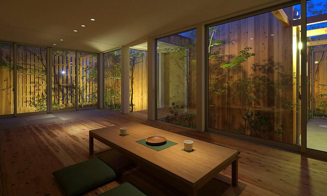 Os jardins internos ganharam iluminação especial, que refletem no interior do imóvel Divulgação / Arbol Design