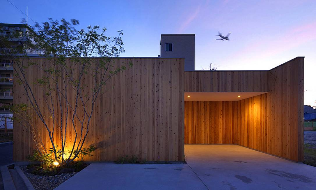 A iluminação externa valoriza a arquitetura à noite Divulgação / Arbol Design
