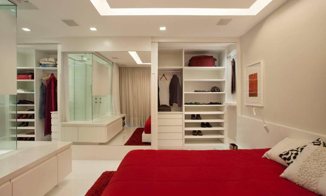No quarto do casal, a amplitude foi conquistada com a integração do quarto com o banheiro Divulgação