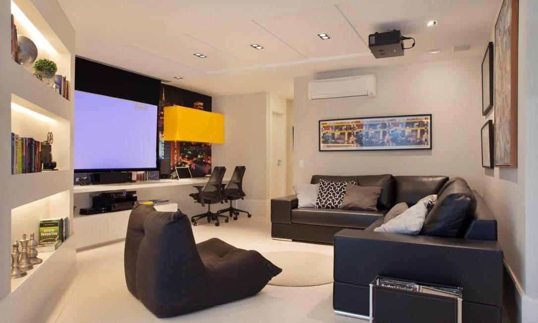 Detalhe da área de televisão: preto, branco e detalhes em cores fortes Divulgação