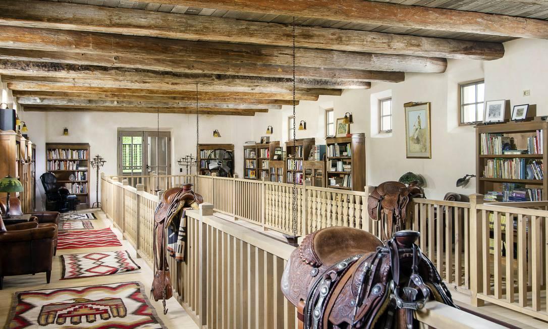 A casa principal, chamada de River House, fica às margens do Rio Pecos e tem 9.600 metros quadrados. Já a casa de hóspedes, o Hacienda, tem 2.125 metros quadrados. Também há uma casa de madeira, com 3.400 metros quadrados AP Photo/Swan Land Company