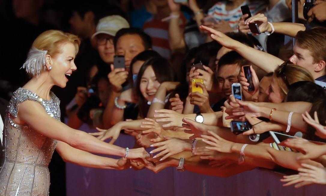 A atriz chegou bem próximo aos fãs que acompanharam sua chegada ao evento STR / AFP