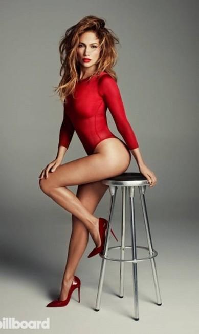 Além da versão branca, a cantora também usou um body vermelho combinado com sapatos altos para esbanjar sensualidade Divulgação / Billboard