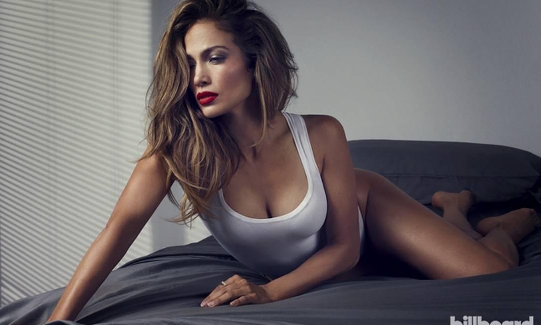 """Na entrevista, Jennifer mostrou seus diferentes comportamentos: """"Posso ser boba, tirar sarro de mim, mas também posso ser muito séria de uma forma muito profunda e introspectiva às vezes"""" Divulgação / Billboard"""