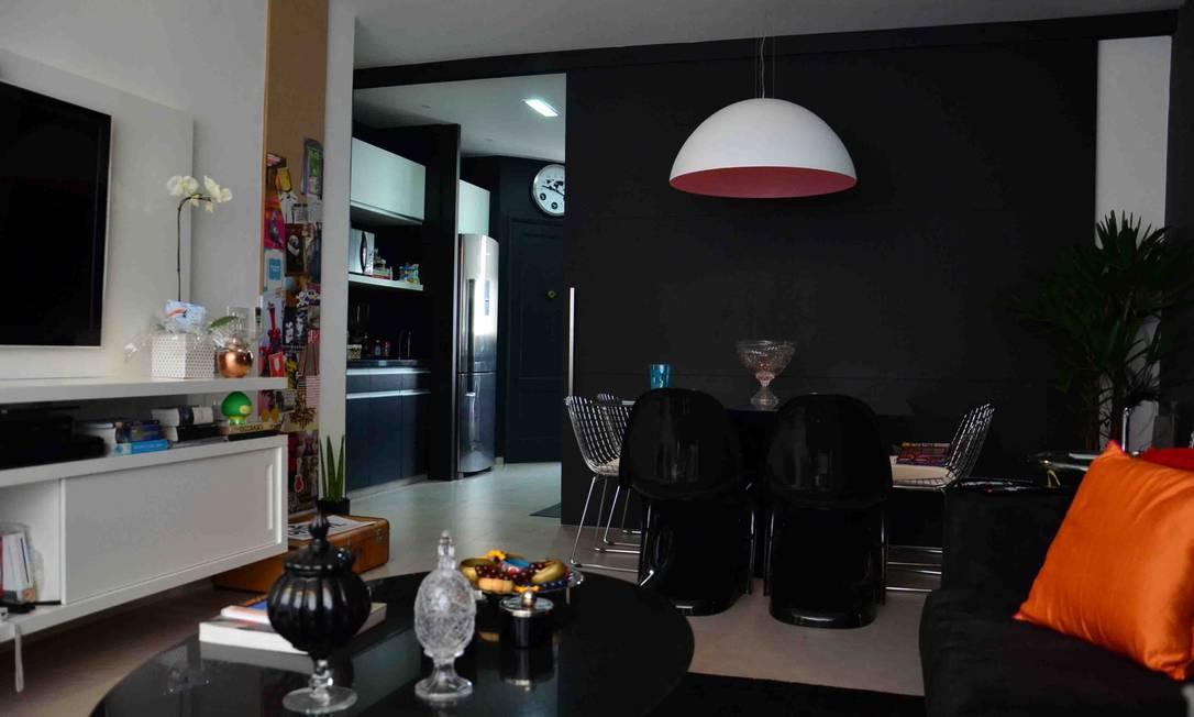 Cozinha. Apartamento de Ivana Poato: paredes escuras em diversos ambientes Divulgação / Divulgação