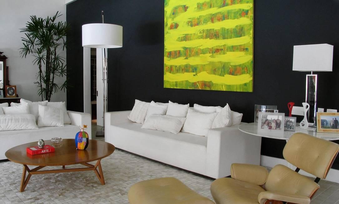 """As paredes na cor preta ganham cada vez mais adeptos. Cor tem sido utilizada até em quartos de dormir. Nesta foto, ambiente de Maurício Nóbrega na Barra: """"Se usado da forma correta, o preto até aumenta o espaço"""", diz ele Foto: Divulgação / Divulgação"""