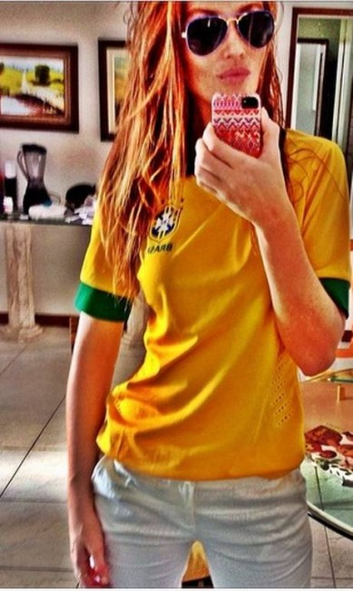 Cintia Dicker fez um selfie com a camisa canarinho Instagram