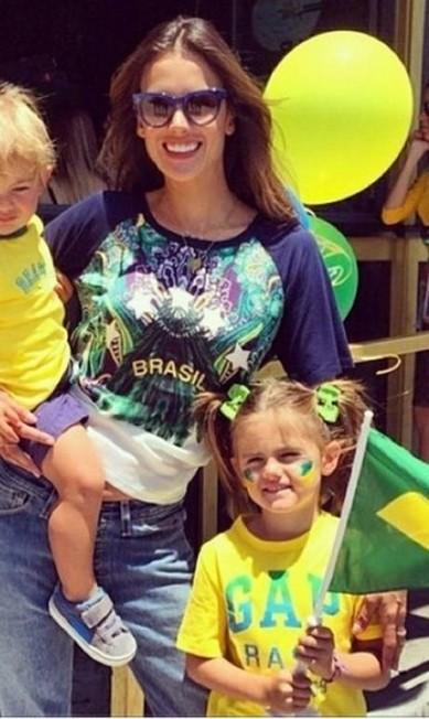 Mais tarde, ao fim da partida, a modelo postou foto ao lado dos filhos Instagram