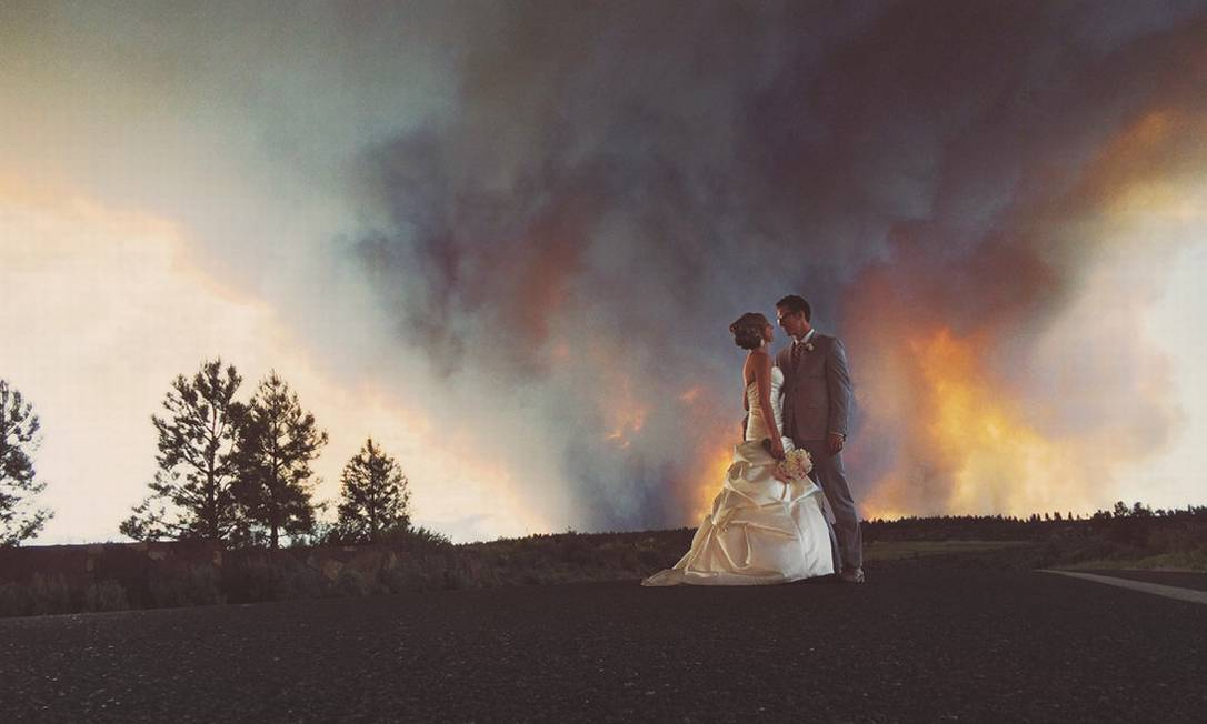 Nesta imagem, o casal parece chegar bem próximo à fumaça Reprodução / joshnewton.pass.us
