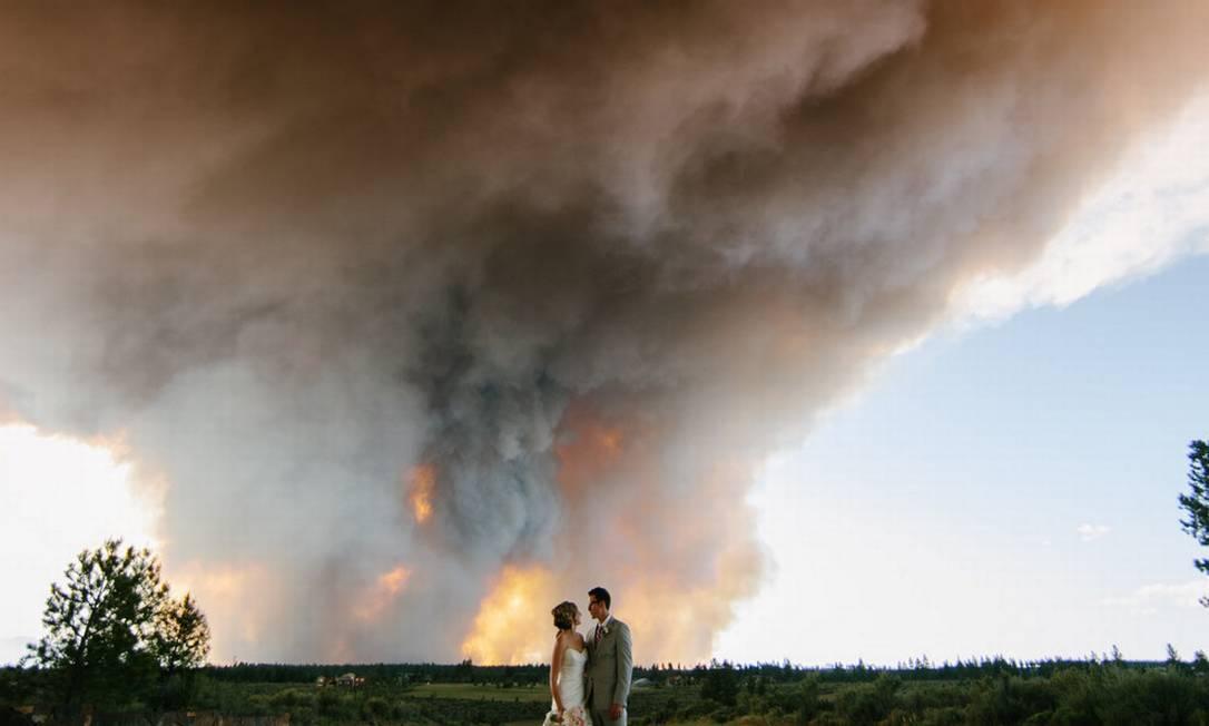 As fotos incluem o casal posando em meio a uma estrada com a fumaça ao fundo Reprodução / joshnewton.pass.us
