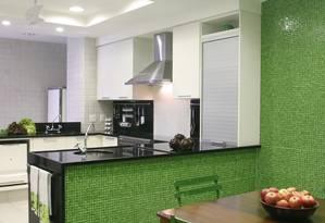 Ambientadas no mesmo espaço, copa e cozinha são delimitadas por cores Foto: Divulgação / Divulgação