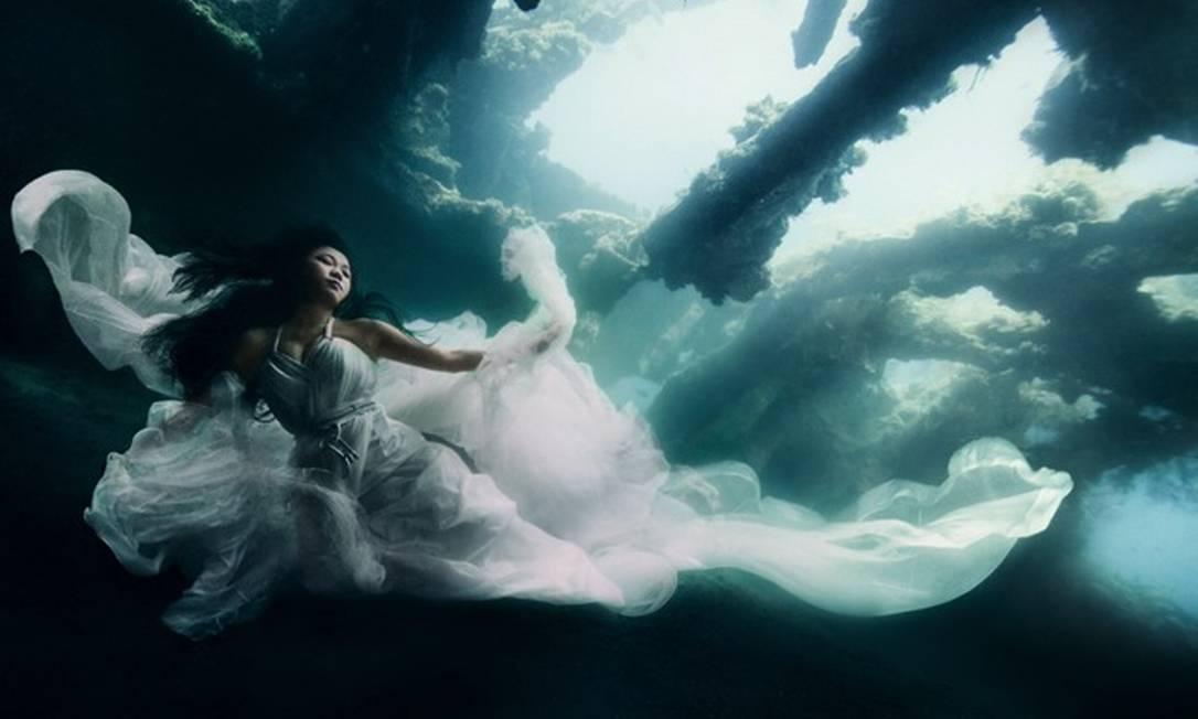 O fotógrafo Benjamin Von Wong produziu um ensaio fotográfico sob o mar de Bali, na Indonésia. Para fazer as fotos, ele optou por vestidos dramáticos que possibilitaram um belo efeito conforme o fluxo da água Reprodução / vonwong.com