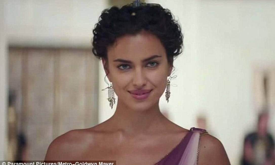 """Além de modelo de sucesso e namorada do jogador Cristiano Ronaldo, agora também é atriz. A Paramount acaba de divulgar imagens de algumas cenas da top russa no filme """"Hércules"""" Divulgação / Paramount Pictures"""