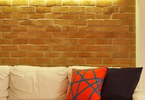 Close nos tijolinhos da parede da sala de estar Foto: Divulgação