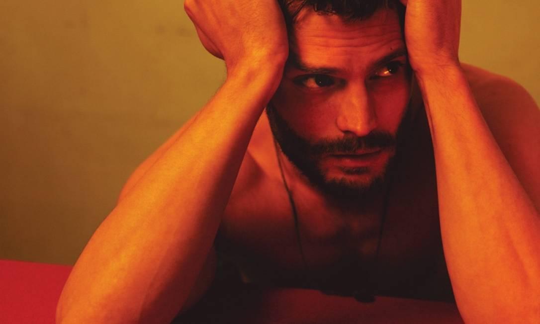 """O ator Jamie Dornan, que dá vida ao personagem Christian Grey, na adaptação de """"Cinquenta tons de cinza"""", protagonizou um ensaio para a revista Interview. Divulgação / Interview"""