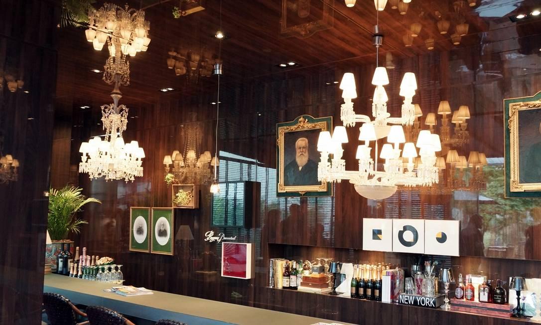 Bar de relógios, de José Roberto Moreira do Valle, com lustres Baccarat divulgação / Divulgação