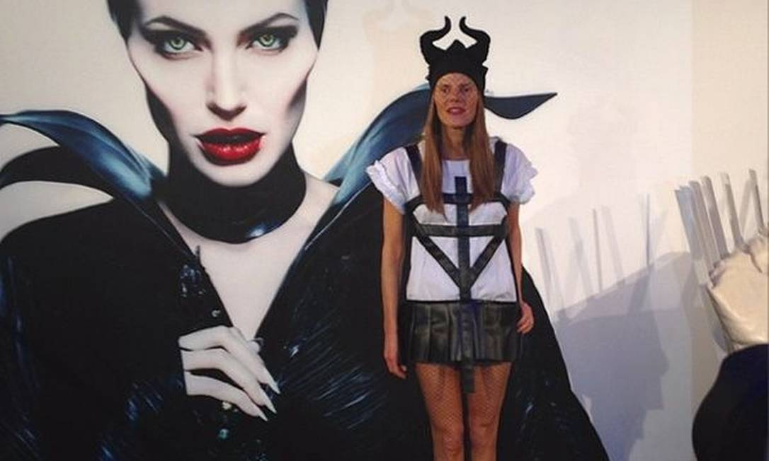 """Depois de muita expectativa, chegou a hora de assistir à atuação de Angelina Jolie em """"Malévola"""". O filme estreia mundialmente nesta quinta-feira e já reúne muitos fãs, que correram para as redes sociais e postaram fotos com os icônicos chifres da personagem. Até mesmo a editora da """"Vogue"""" japonesa, Anna Dello Russo (foto), entrou na onda Reprodução / Instagram"""
