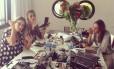 Ana Beatriz Barros entre a irmã Patricia Barros e a amiga, a também modelo Juliana Passos, na aula de automaquiagem
