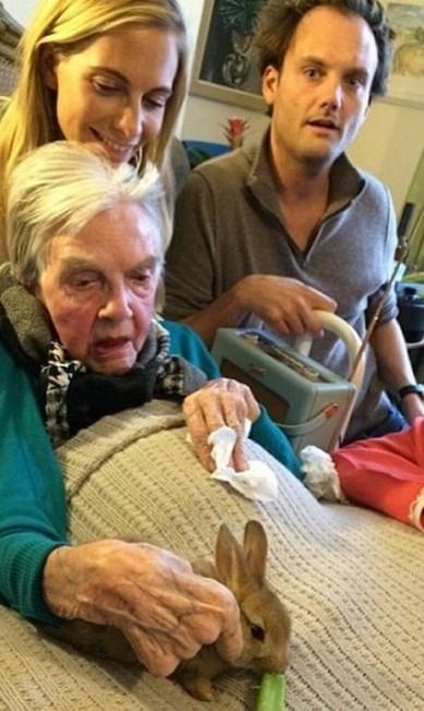 Como mebro da família, a coelhinha também participou de uma visita à vó de Cara Reprodução / Instagram