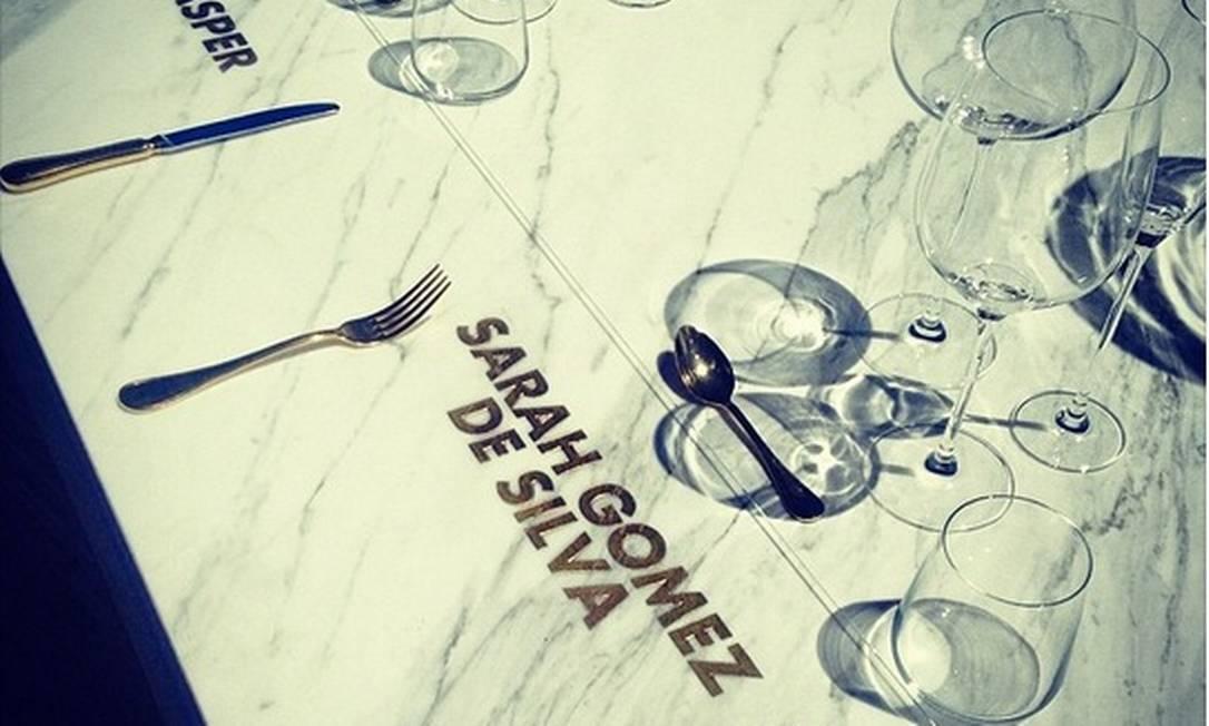 Convidados tinham nomes cravados em dourado em seus locais à mesa Reprodução / Instagram